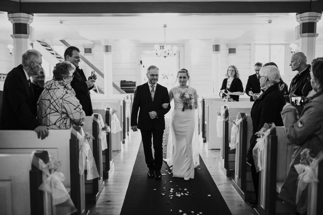 bride entering the church in Mäntyharju with her father